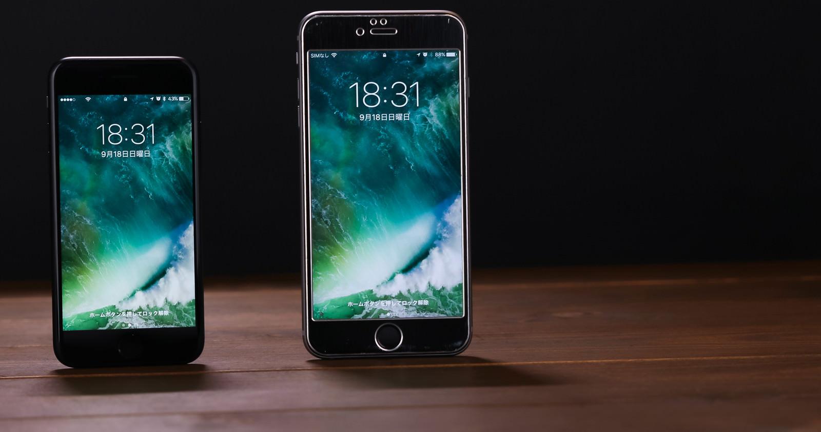 「4.7インチと5.5インチのサイズ比較(スマートフォン)」の写真