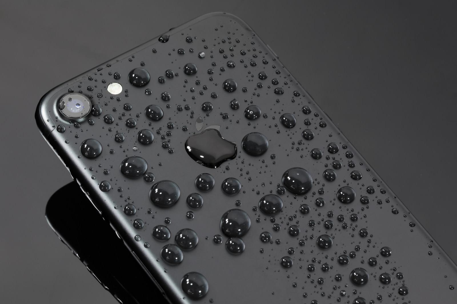 「余裕の耐水性能をアピールしたスマートフォン余裕の耐水性能をアピールしたスマートフォン」のフリー写真素材を拡大