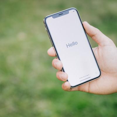 「スマホに画面に表示された「Hello」の文字」の写真素材
