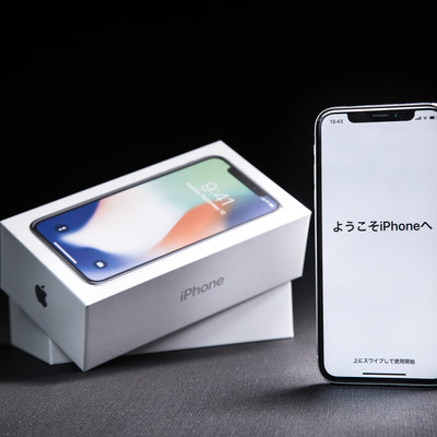 「開封したばかりの iPhone X 「ようこそ iPhone へ」」の写真素材