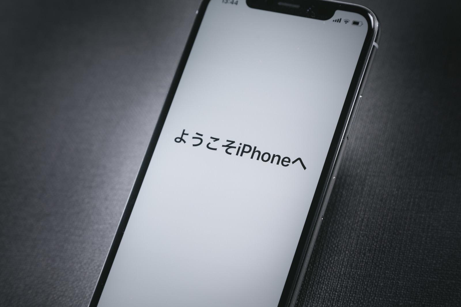 「「ようこそ iPhone へ」と表示された iPhone X「ようこそ iPhone へ」と表示された iPhone X」のフリー写真素材を拡大