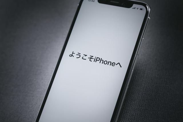 「ようこそ iPhone へ」と表示された iPhone Xの写真