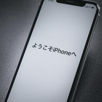 「「ようこそ iPhone へ」と表示された iPhone X」の写真素材