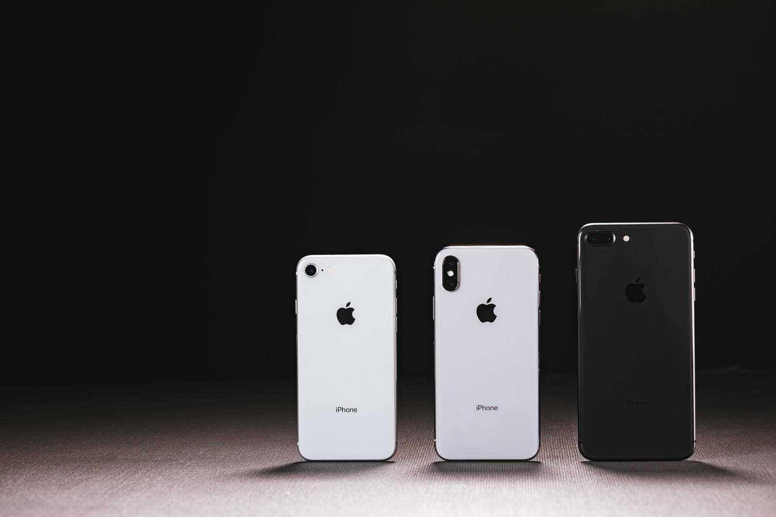 「iPhone X(テン)と iPhone 8 の外観」の写真