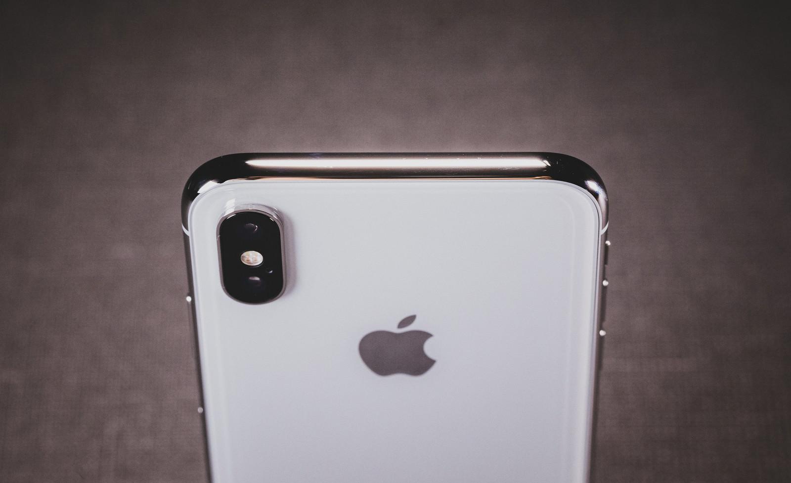 「iPhone X の美しい光沢があるステンレススチールのボディ」の写真