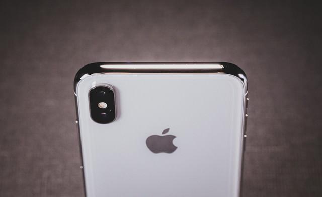 iPhone X の美しい光沢があるステンレススチールのボディの写真