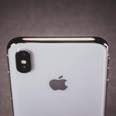 「iPhone X の美しい光沢があるステンレススチールのボディ」の写真素材