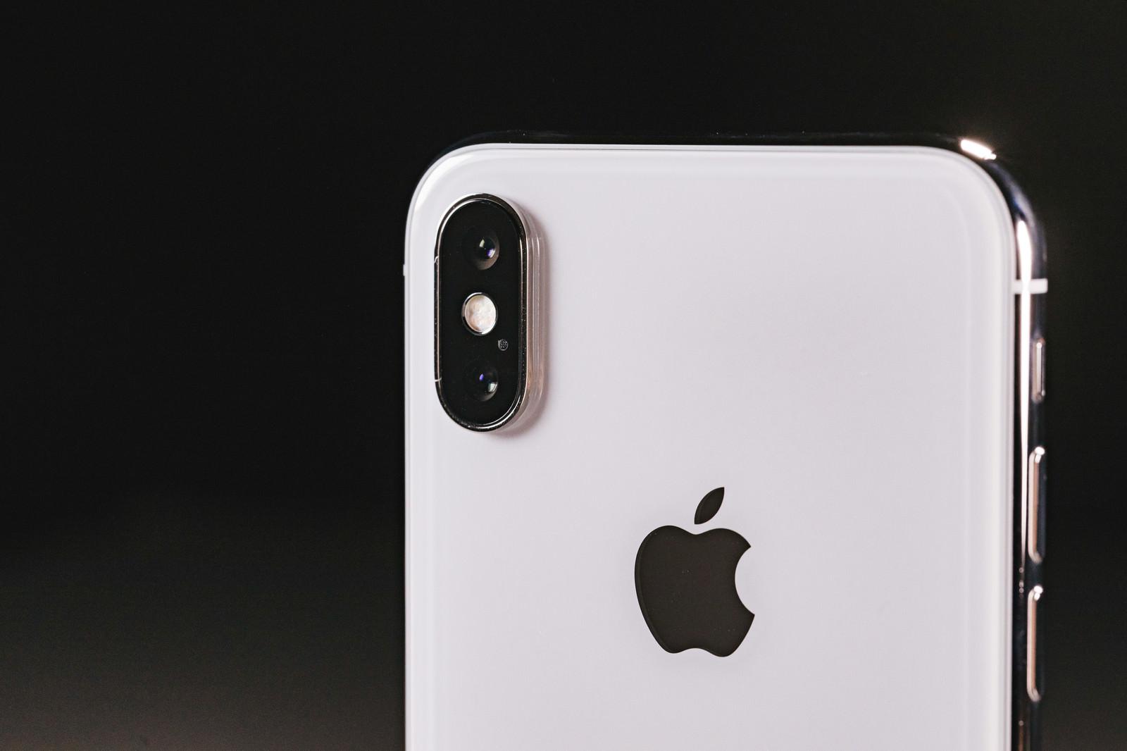「望遠と広角がついたデュアルレンズのスマートフォン   写真の無料素材・フリー素材 - ぱくたそ」の写真