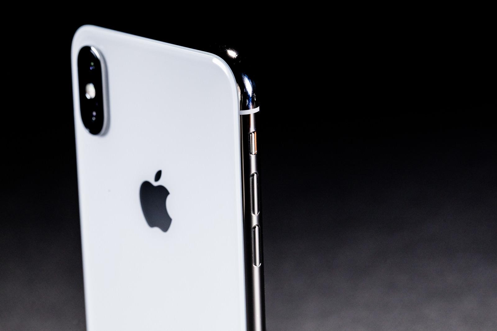 「iPhone X のボリュームキー(ボタン)」の写真