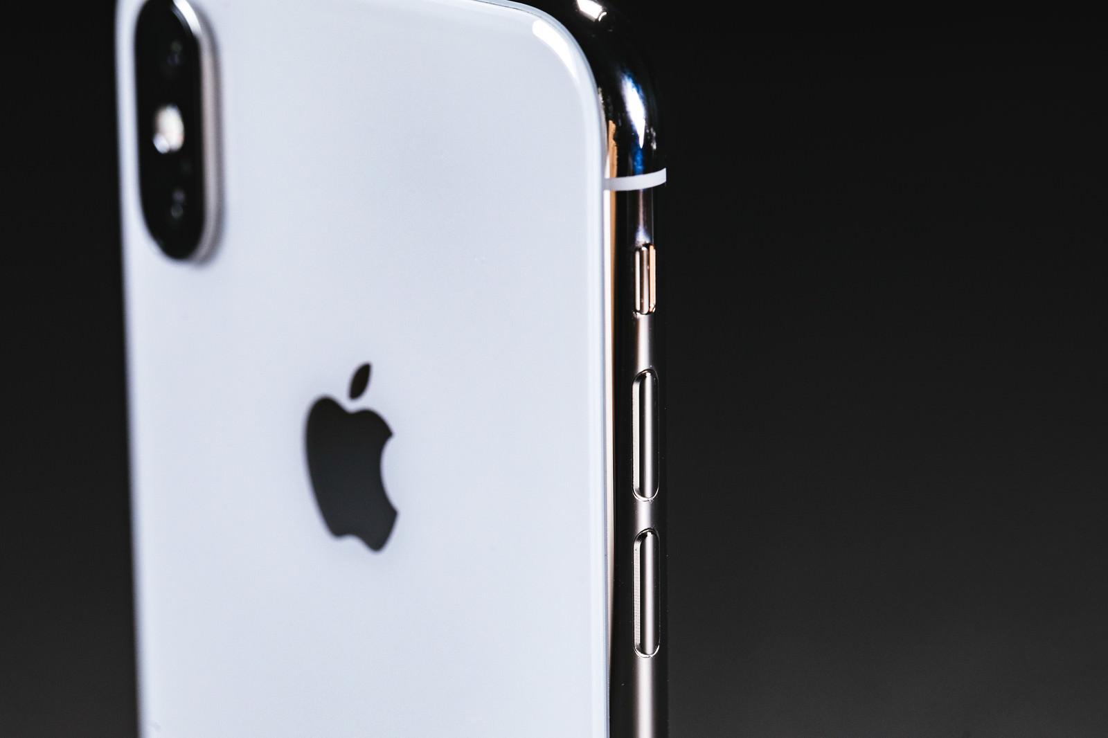 「iPhone X の外枠ステンレススチールの美しさ」の写真