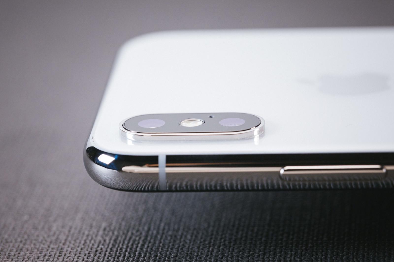 「iPhone X のデュアルレンズの出っ張り具合iPhone X のデュアルレンズの出っ張り具合」のフリー写真素材を拡大