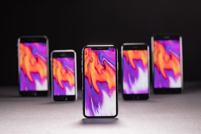 新旧 iPhone を同じ待受け画面に設定して並べました の写真