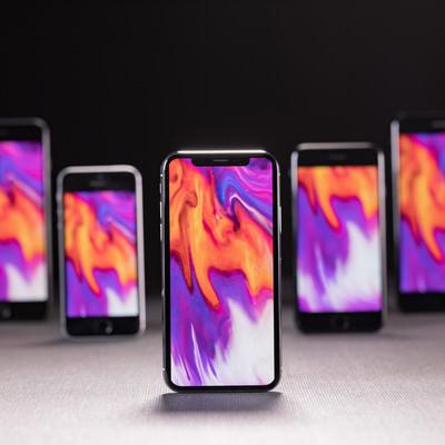 「新旧 iPhone を同じ待受け画面に設定して並べました 」の写真素材