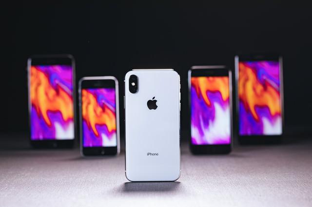 iPhone X の背面と待受設定した他の iPhoneの写真