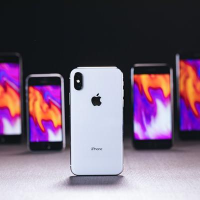 「iPhone X の背面と待受設定した他の iPhone」の写真素材