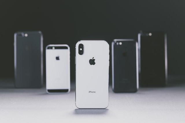 iPhone X と並べられた別モデルの iPhoneの写真