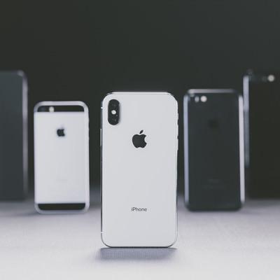 「iPhone X と並べられた別モデルの iPhone」の写真素材