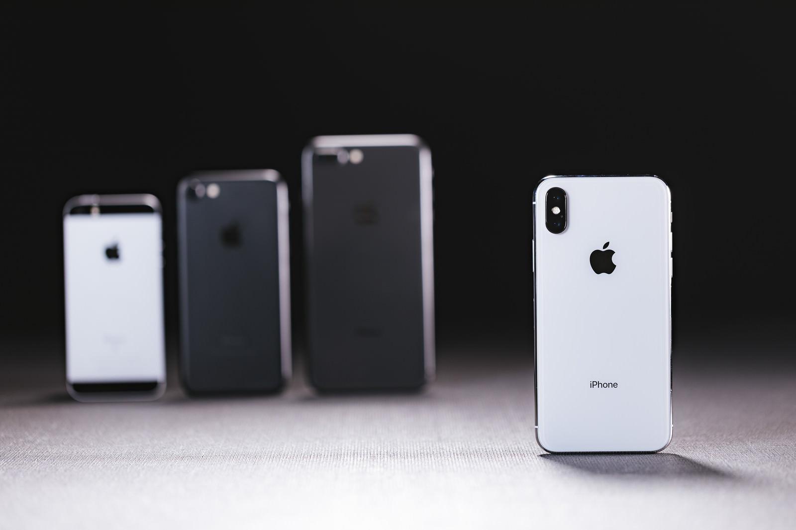 「旧モデルの iPhone と最新の iPhone X を並べる」の写真