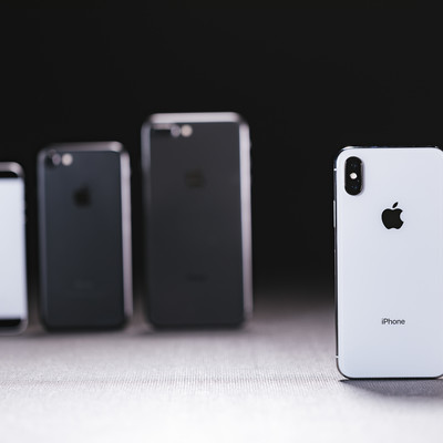 旧モデルの iPhone と最新の iPhone X を並べるの写真