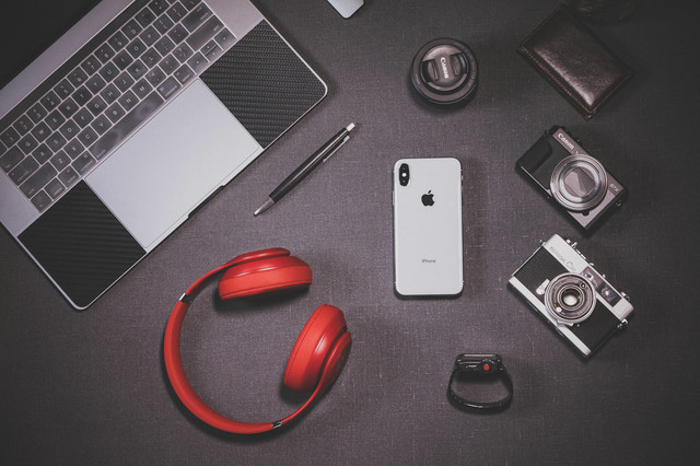 iPhone X とガジェット製品の写真