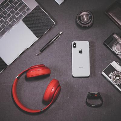 「iPhone X とガジェット製品」の写真素材