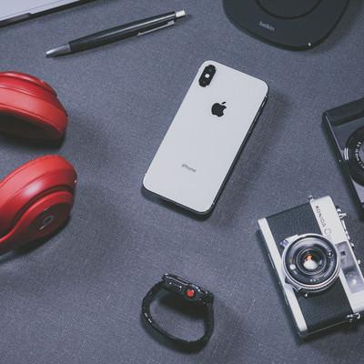 「iPhone X とブロガーの所持品」の写真素材