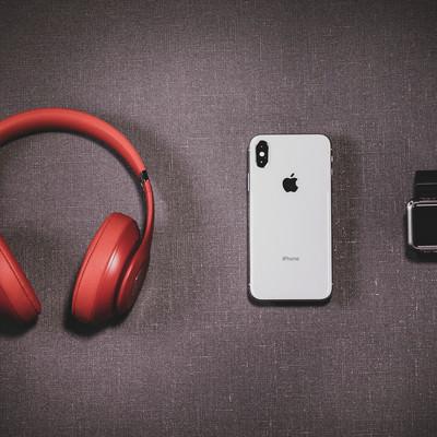 「ヘッドフォン / iPhone X / Apple Watch」の写真素材