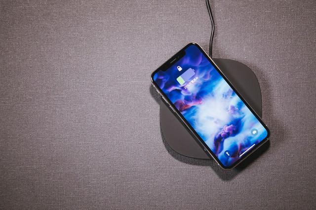 iPhone X をワイヤレス充電するの写真