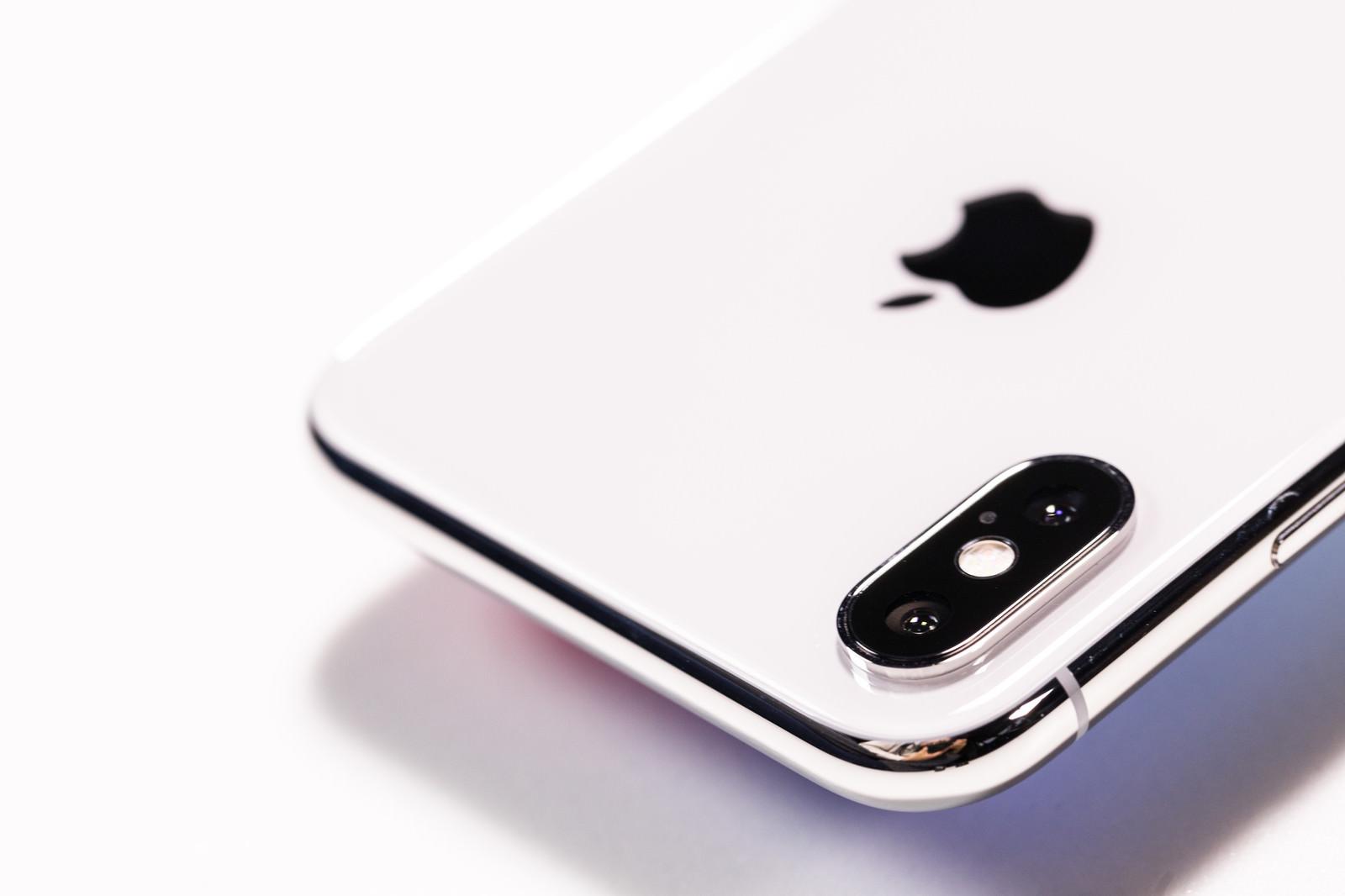 「iPhone X のデュアルレンズカメラ(外カメラ)」の写真
