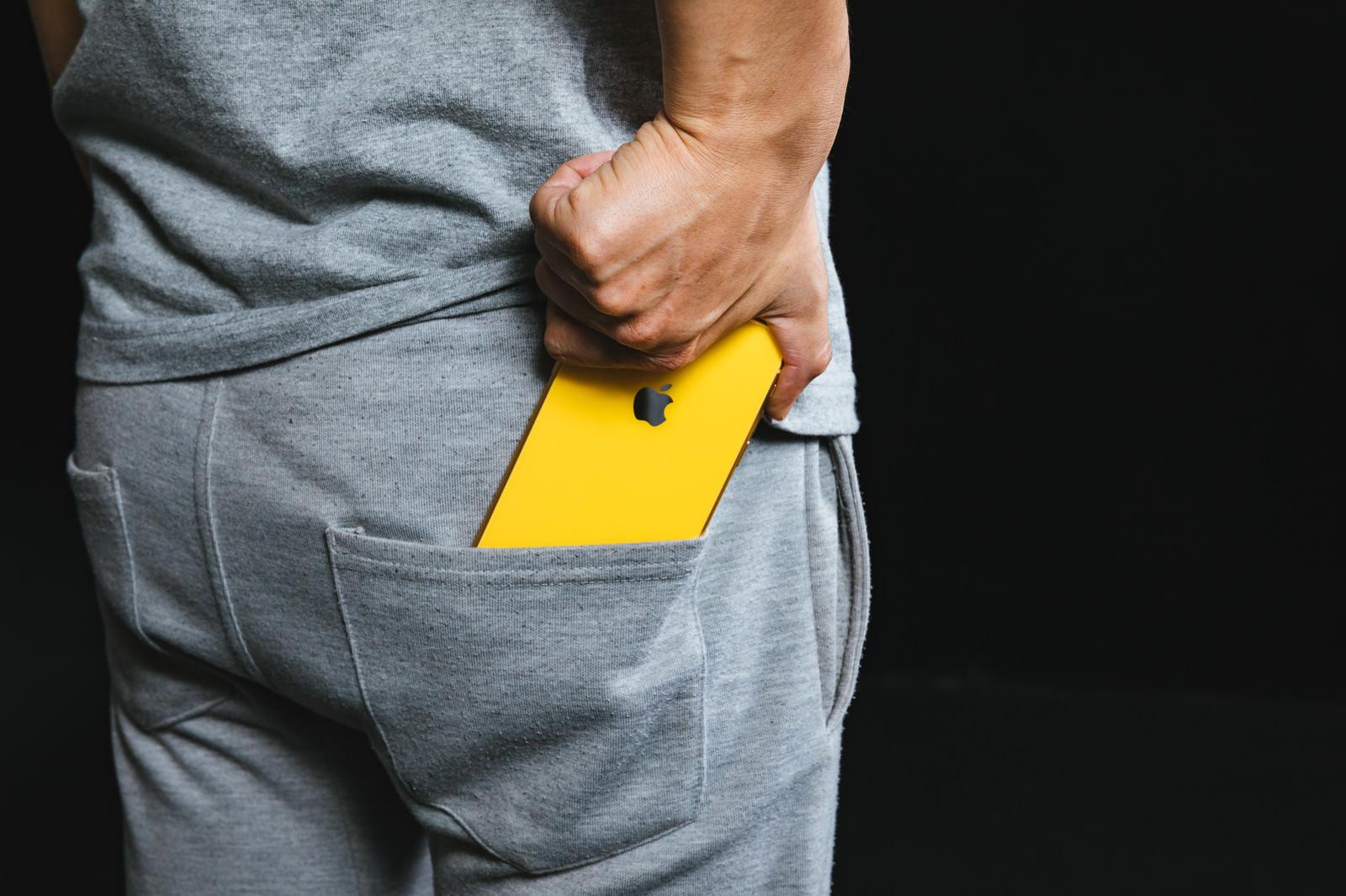 「スウェットの後ろポケットに iPhoneXR を入れる」の写真