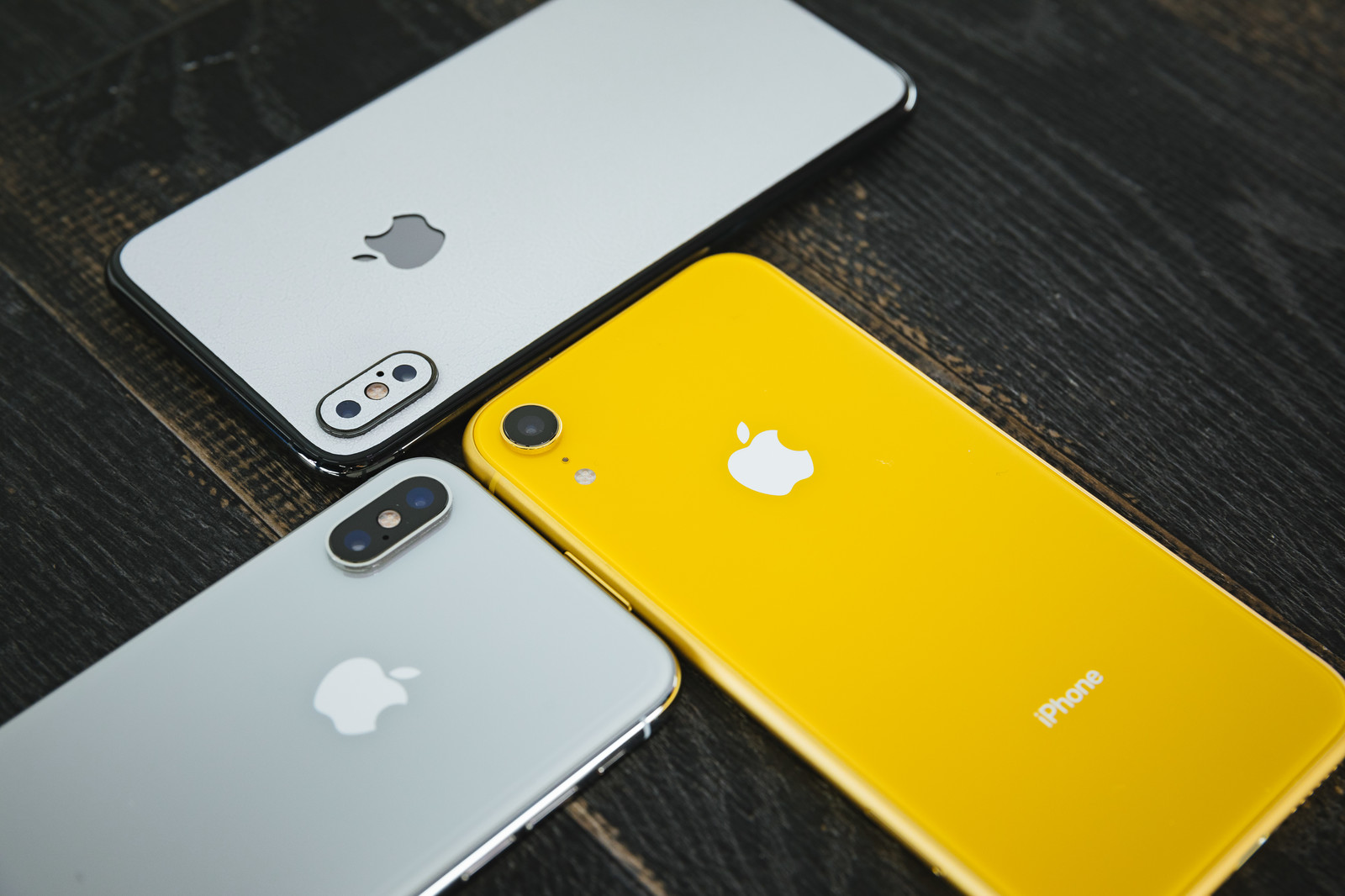 「iPhone XS と iPhone XR 」の写真