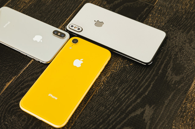 iPhone XR イエローと XSの写真