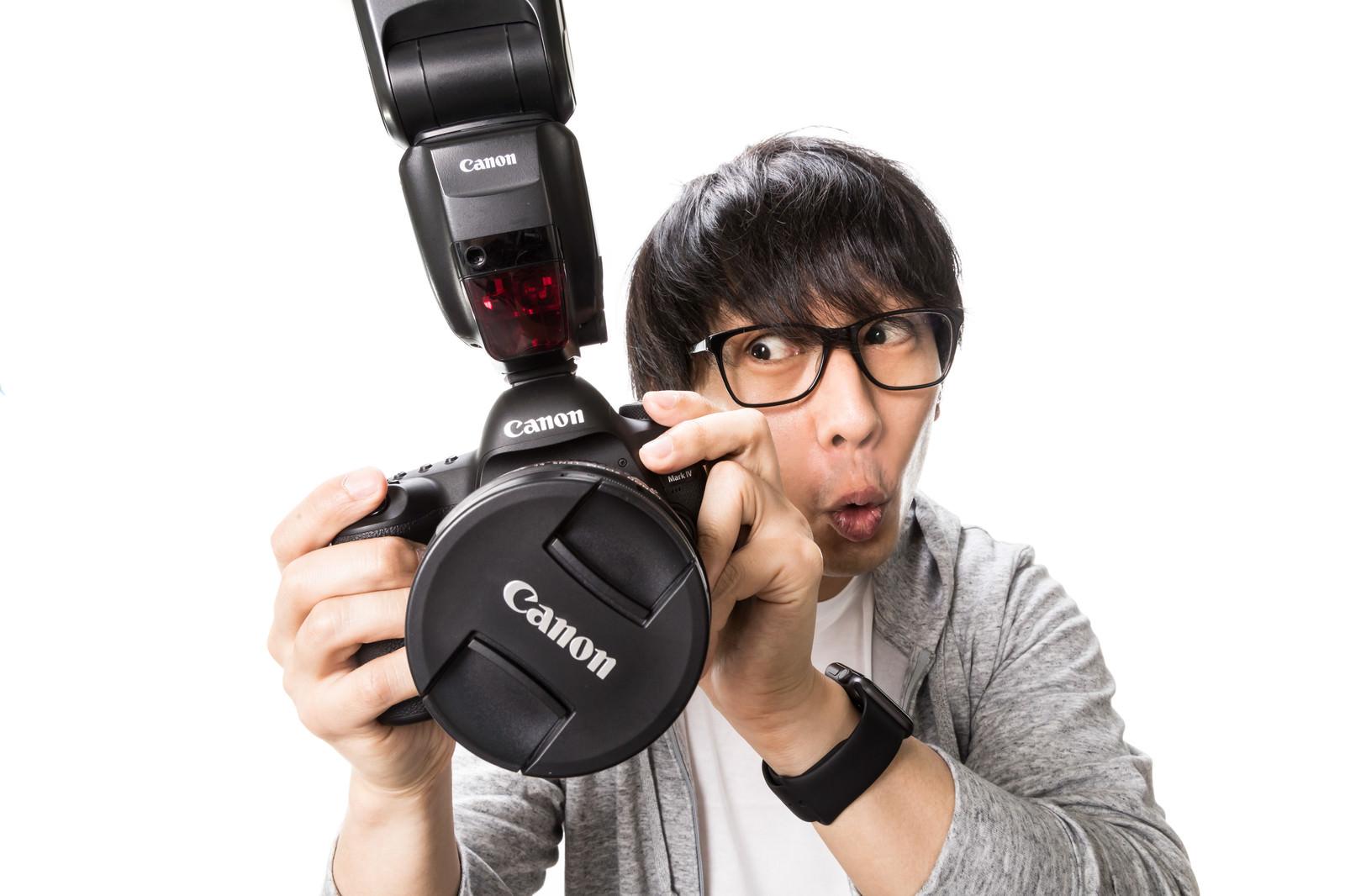 「撮影データ確認中に興奮するカメコ」の写真[モデル:大川竜弥]