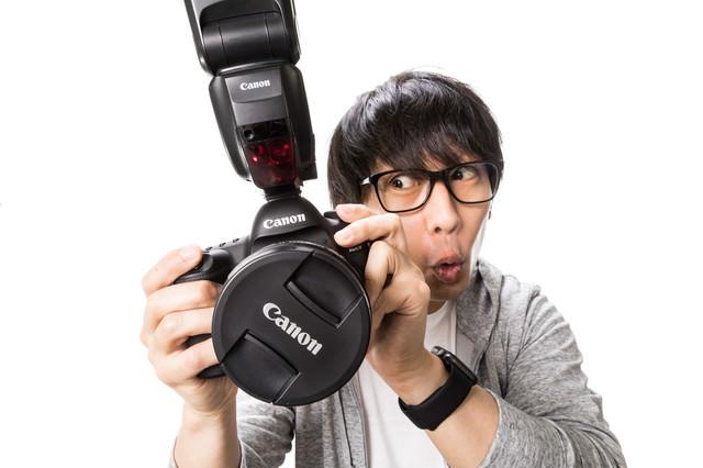 撮影データ確認中に興奮するカメコの写真
