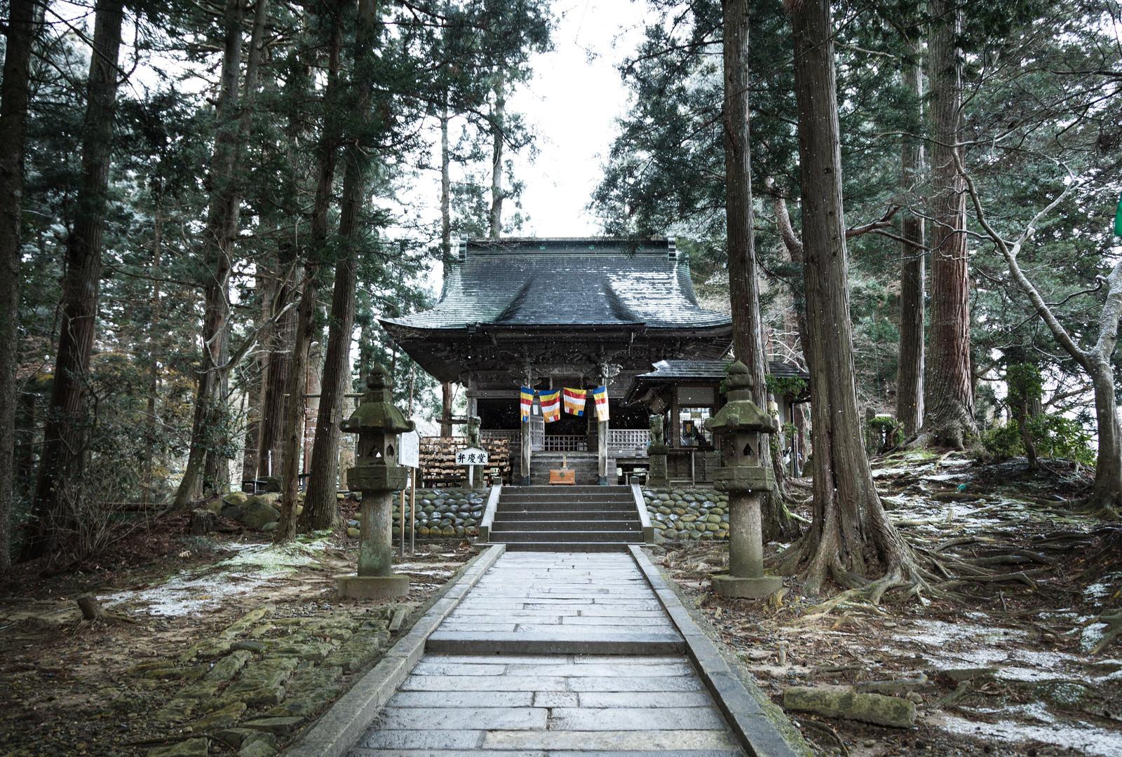 「雪が舞う平泉中尊寺 弁慶堂」の写真