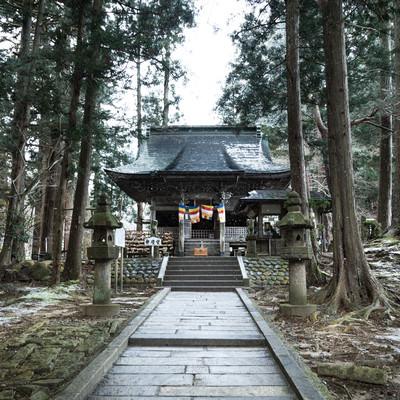 「雪が舞う平泉中尊寺 弁慶堂」の写真素材