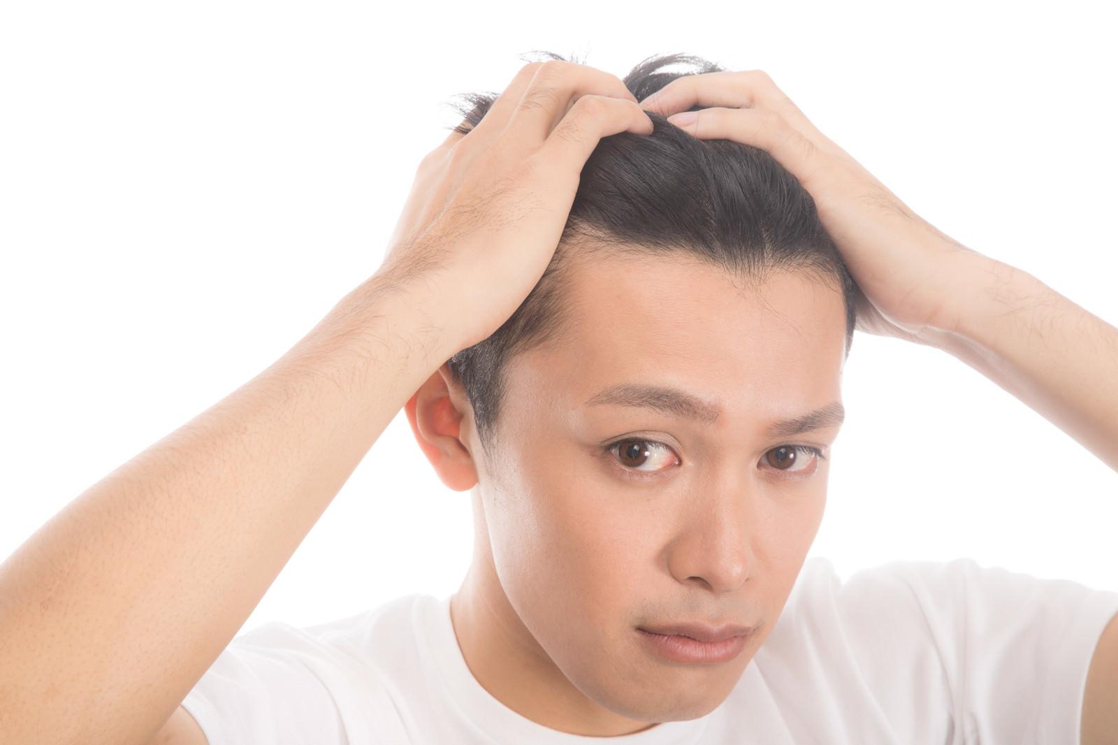 「髪をかきあげておでこを見せる男性」の写真[モデル:完伍]