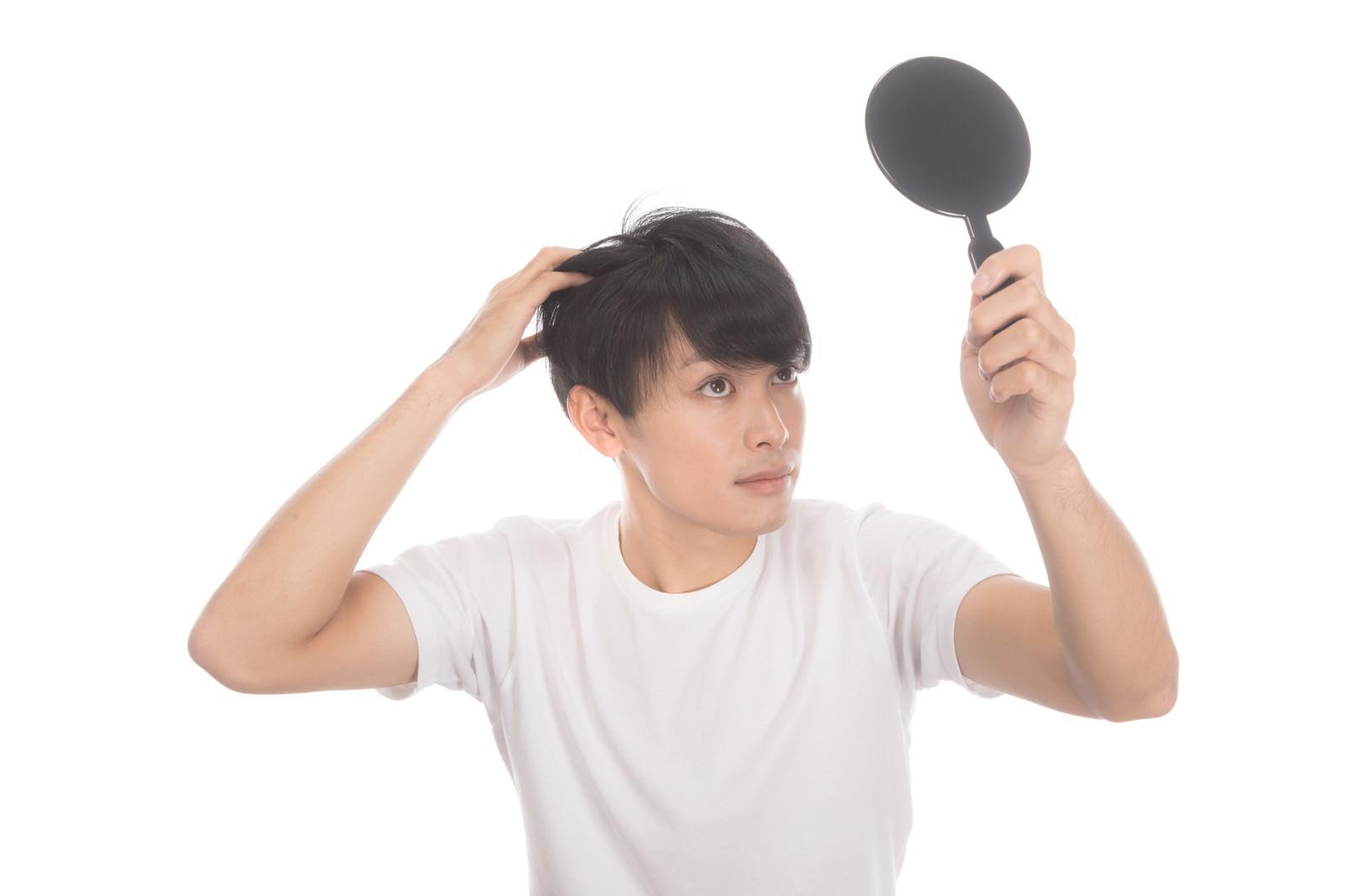 「若ハゲ予防に手鏡でヘアチェック」の写真[モデル:完伍]
