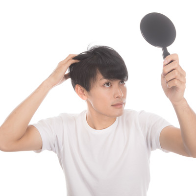 「若ハゲ予防に手鏡でヘアチェック」の写真素材