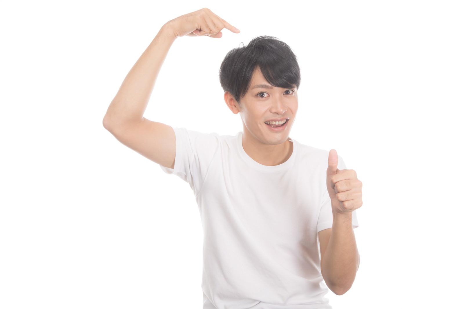 「ヘアケアで満足している若い男性」の写真[モデル:完伍]