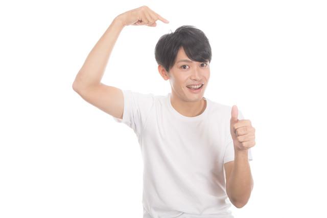 ヘアケアで満足している若い男性の写真