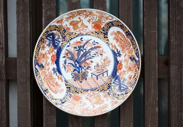 取り付けられた伊万里焼のお皿の写真