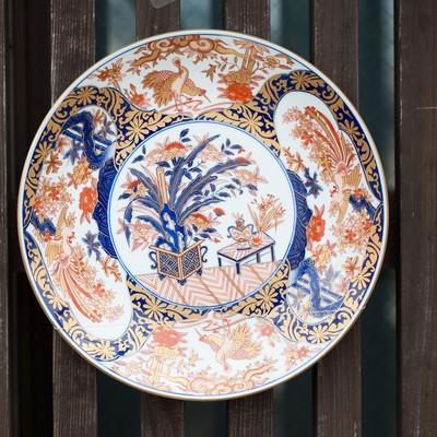 「取り付けられた伊万里焼のお皿」の写真素材