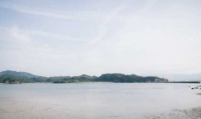 イマリンビーチから見える対岸の造船所の写真