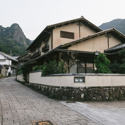 「古い街並みの大川内山を散策」の写真素材