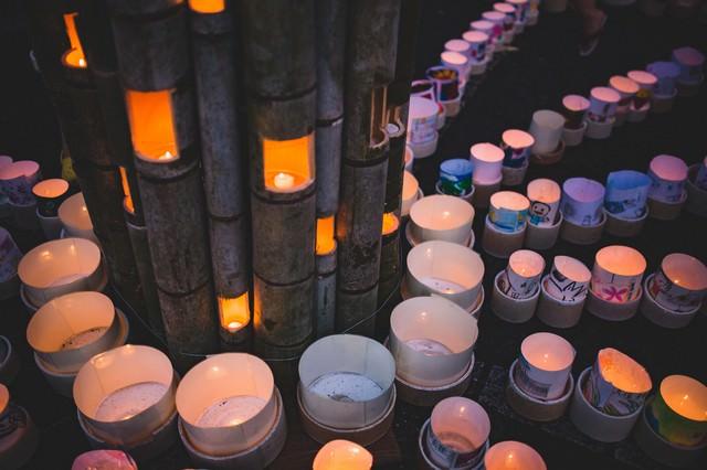 竹灯ろうを磁器の灯ろうが囲む(ボシ灯ろうまつり)の写真