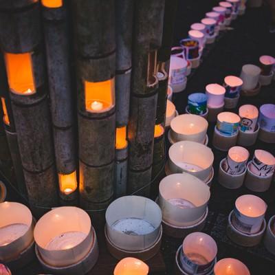 「竹灯ろうを磁器の灯ろうが囲む(ボシ灯ろうまつり)」の写真素材