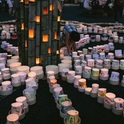 観光客が集まるボシ灯ろうまつりの写真