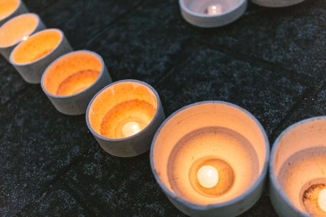 ボシ(本窯を焼く際に磁器を入れる器のこと)を灯ろうに見立てて点火するの写真