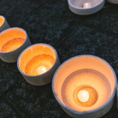 「ボシ(本窯を焼く際に磁器を入れる器のこと)を灯ろうに見立てて点火する」の写真素材